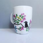 Koty na drzewie – ręcznie malowany kubek
