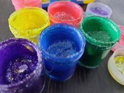 Farby z brokatem